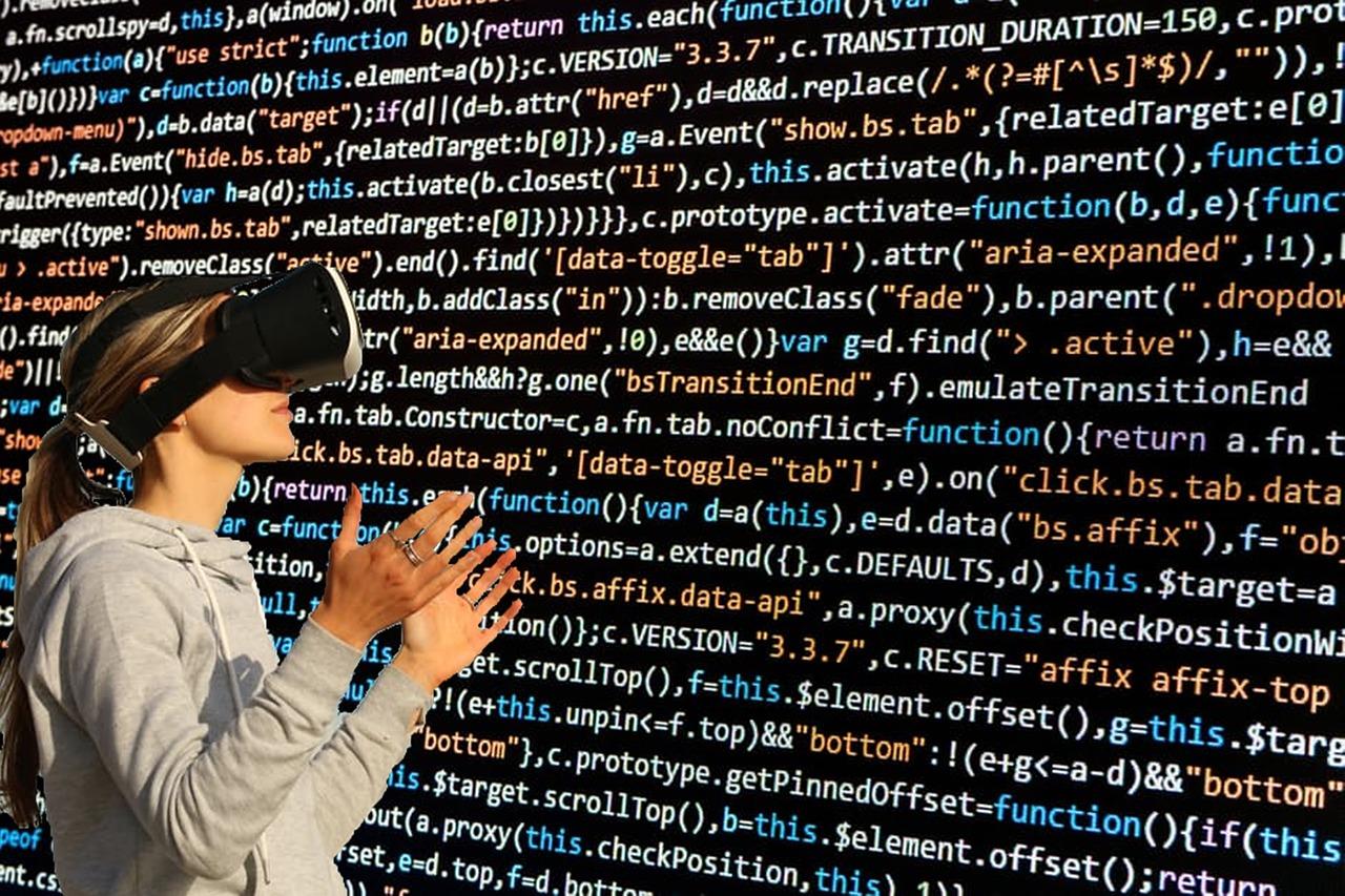 Frau trägt eine VA-Brille. Sie steht vor einer Wand aus Programmiersprache.
