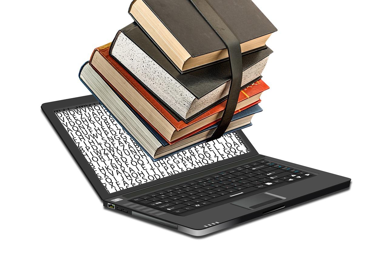 Ein Stapel aus Büchern auf einem Laptop-Bildschirm
