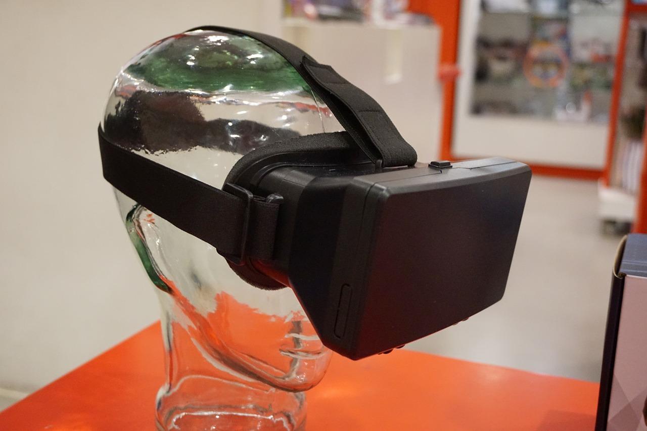 VA-Brille sitzt auf einem Kopf aus Glas.