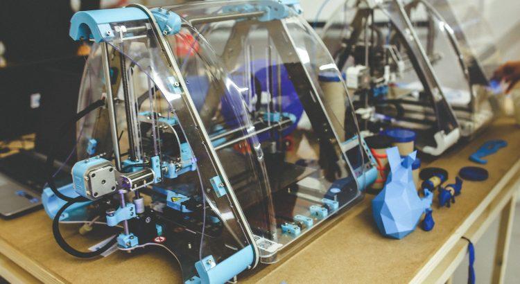 3d Drucker steht auf einem Tisch