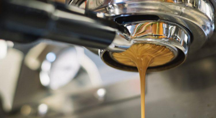 Frisch gekochter Kaffee läuft aus einer Kaffeemaschine